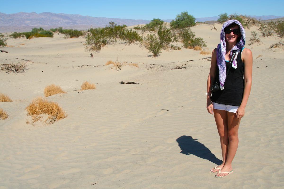 Erbarmungslos brennt die Wüstensonne im Death Valley, doch Lena weiß sich zu helfen – Foto: Beate Ziehres