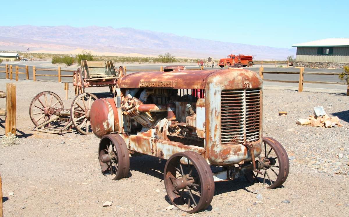 Weitere historische Fahrzeuge am Straßenrand in Stovepipe Wells, Death Valley – Foto: Beate Ziehres