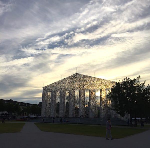 Documenta-Tempel aus verbotenen Büchern in der Abendsonne – Foto: Petra Bohn