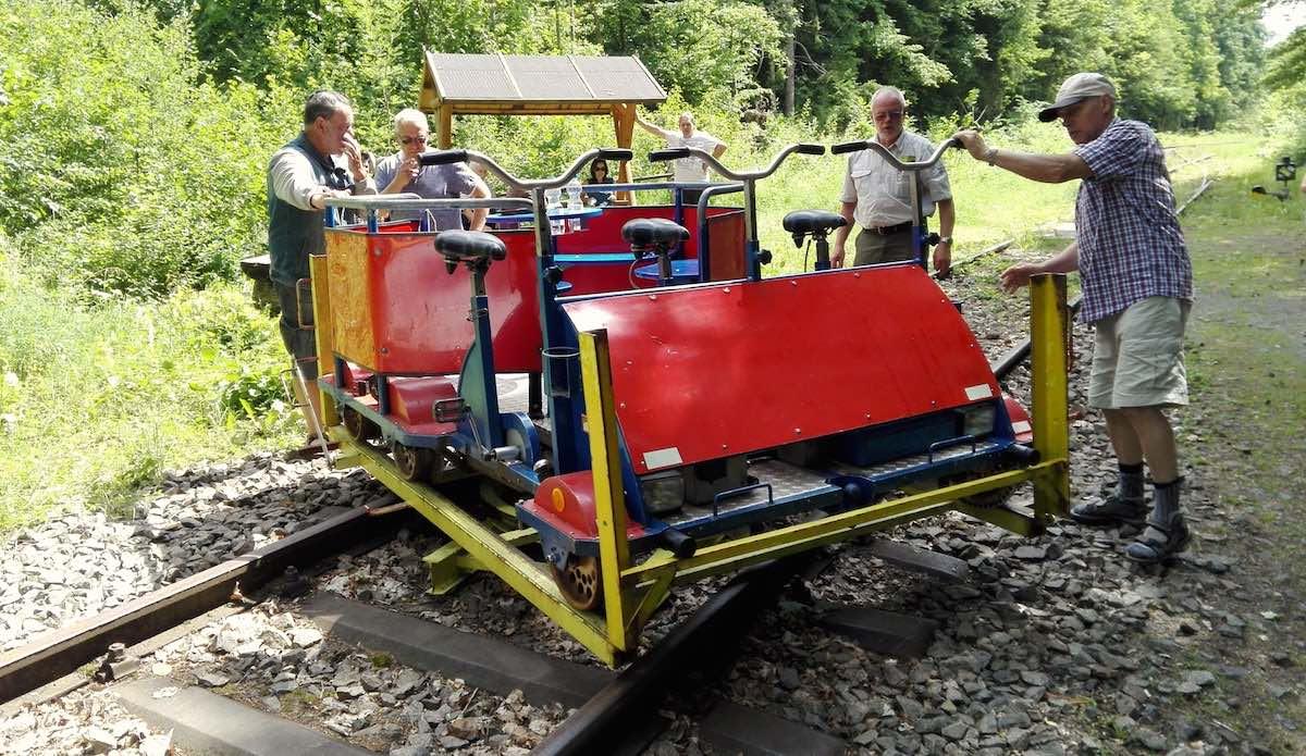 Eichsfeld, Lengenfeld unterm Stein. Männerarbeit: die Draisine drehen – Foto: Beate Ziehres