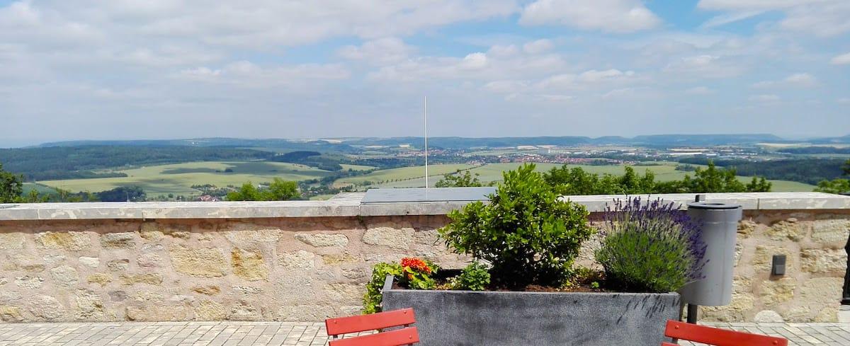 Burgterrasse mit Aussicht auf's Eichsfeld– Foto: Beate Ziehres