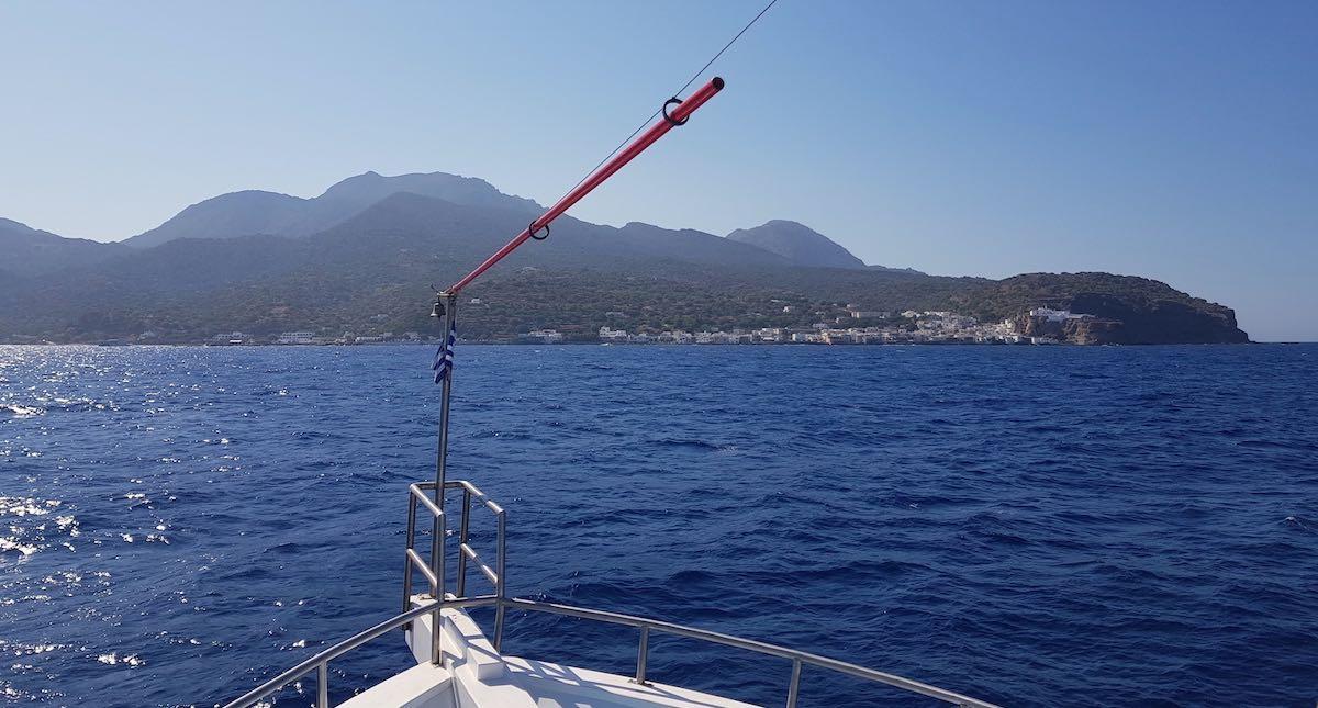 Blau das Wasser, blau der Himmel, eine grüne Insel voraus: Bootsausflug von Kos nach Nisyros – Foto: Lena Ziehres