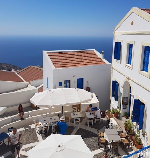 Blauer Anstrich an Fenstern und Türen hat auf den griechischen Inseln einen tieferen Sinn – Foto: Lena Ziehres