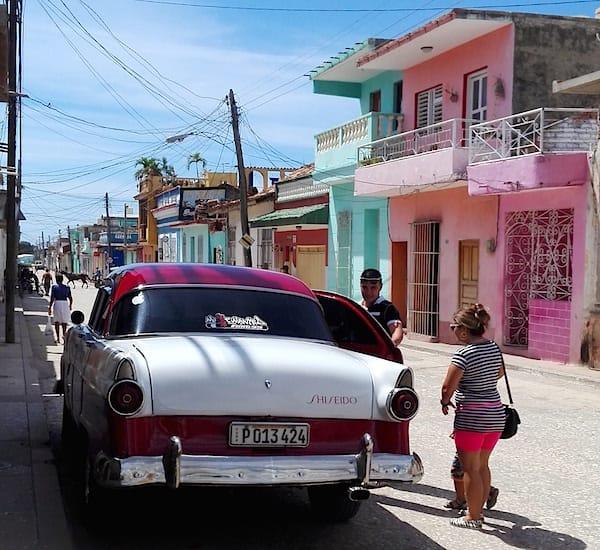 Trinidad, Kuba: Prächtiger Oldtimer als Familienkutsche – Foto: Beate Ziehres