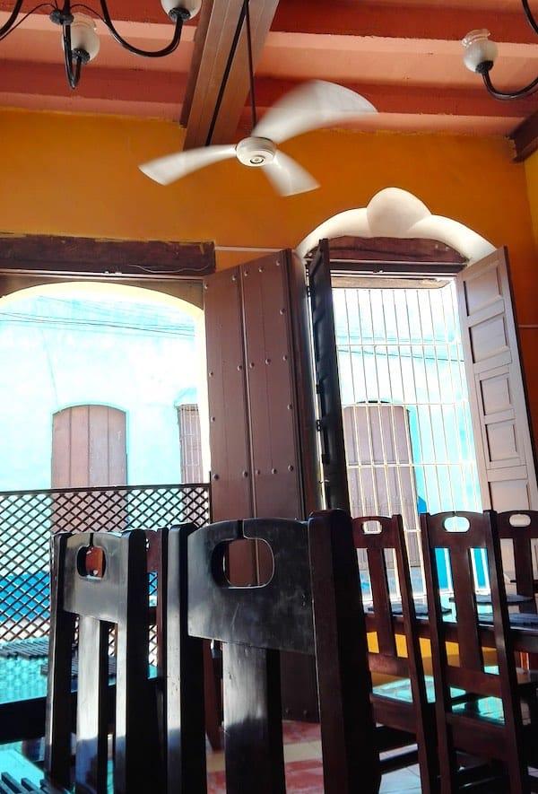 Noch nicht viel los in der Taverne in Trinidad, Kuba– Foto: Beate Ziehres