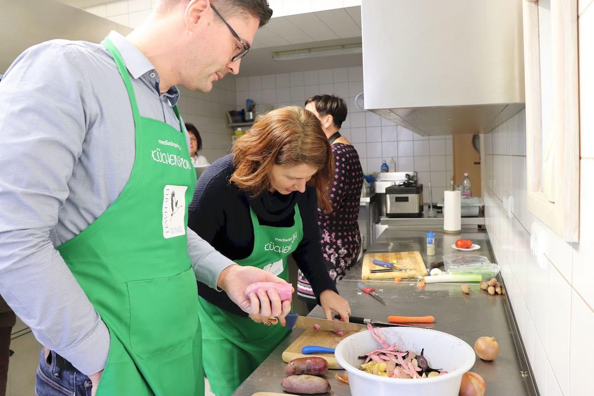 Küchenspione am Schnippeln: Björn Gäde hilft mir mit den Kartoffeln – Foto: Jenny Freier