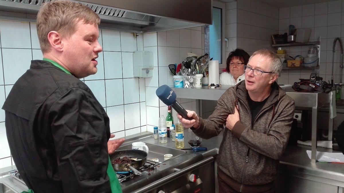 Ein Reporter des MDR interviewt Marcus Wagener beim Zubereiten der Rinderschmorbäckchen – Foto: Beate Ziehres
