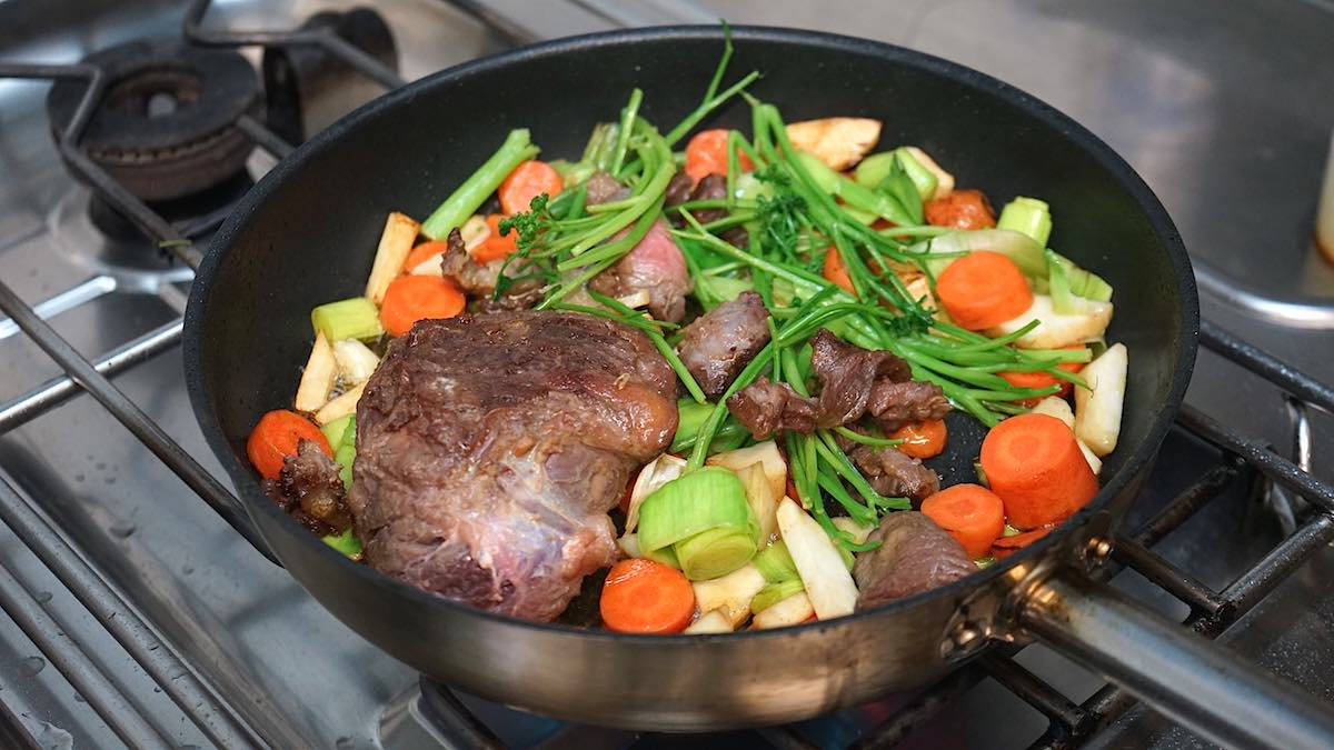 Jetzt brät auch das Gemüse in der Pfanne – Foto: Beate Ziehres
