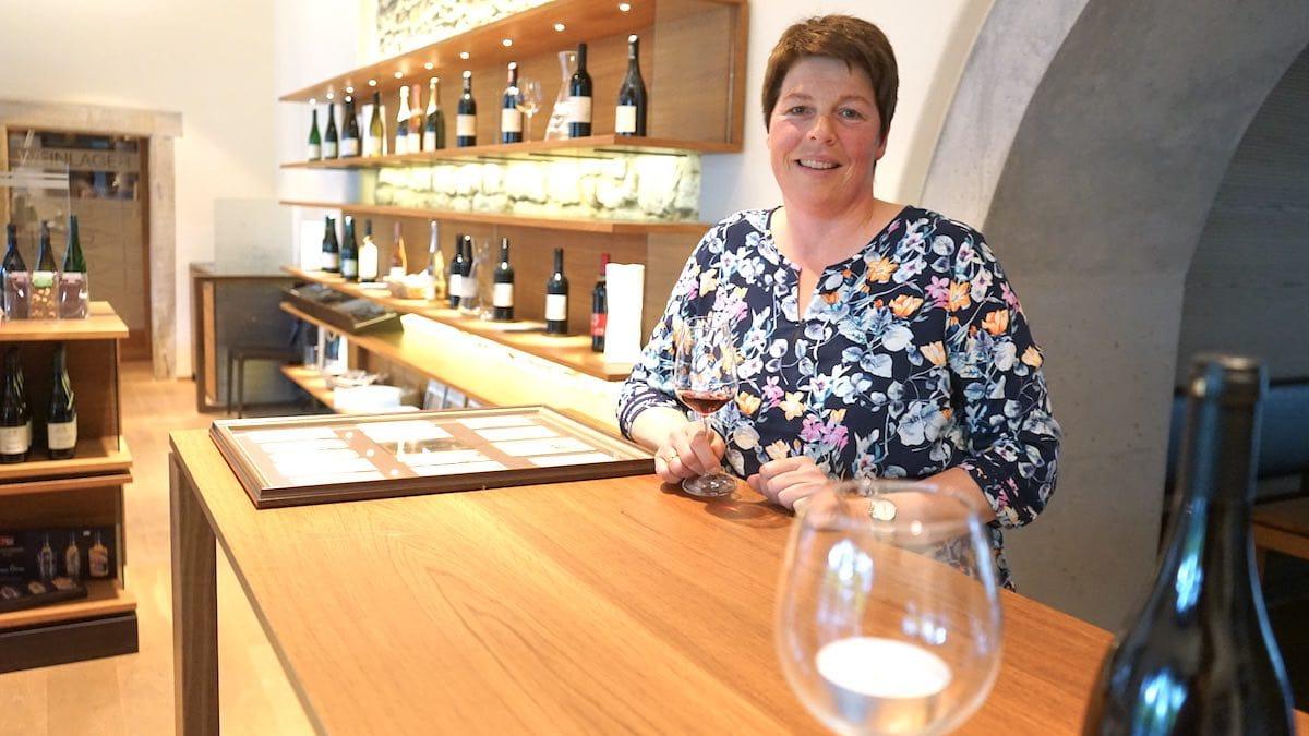 Andrea Engler-Waibler in ihrer Vinothek – Foto: Beate Ziehres