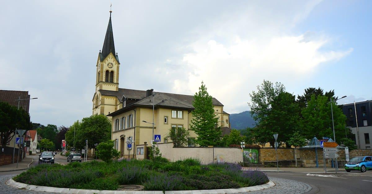 Gleich neben dem Weingut Engler: die katholische Herz-Jesu-Kirche – Foto: Beate Ziehres