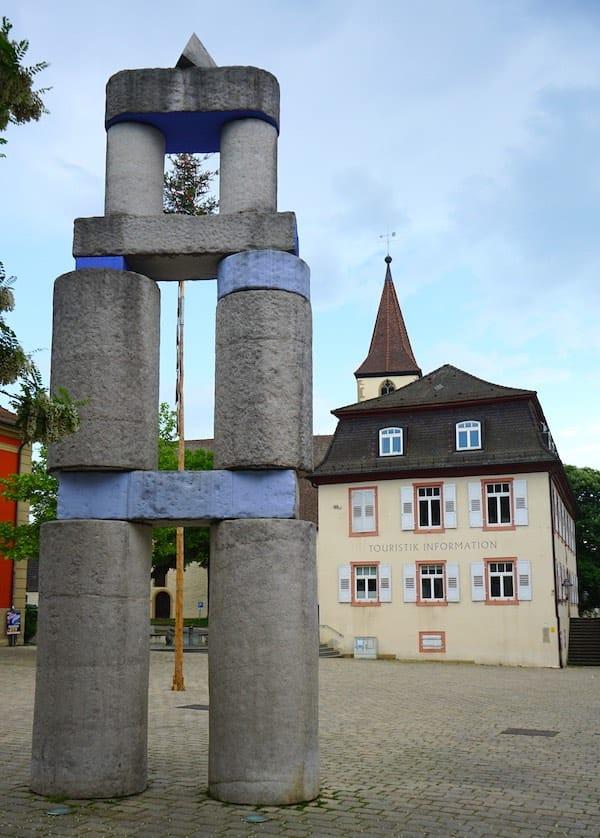 """Reiselust-Mag: Die Skulptur """"Stadttor"""" auf dem Markgräfler Platz in Müllheim – Foto: Beate Ziehres"""