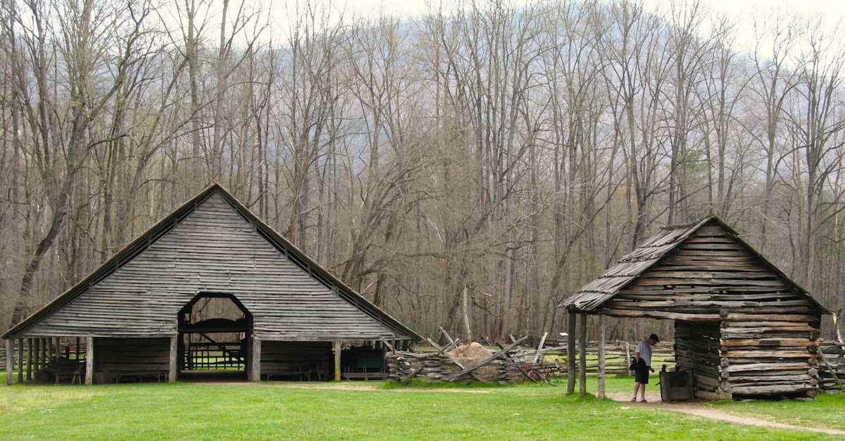 North Carolina: Scheune und Stall am Fluss nahe Cherokee – Foto: Beate Ziehres