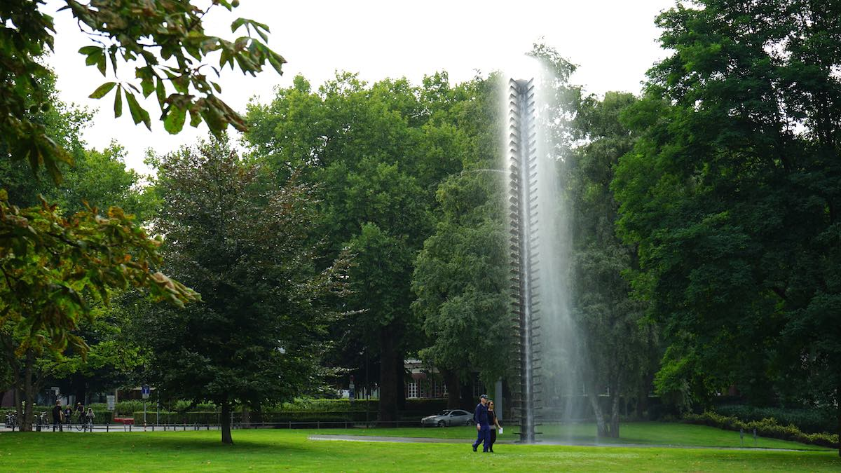 Kunst oder nicht? Auf jeden Fall ist das Wasserspiel im Park bei der LBS West in Münster schön anzusehen – Foto: Beate Ziehres