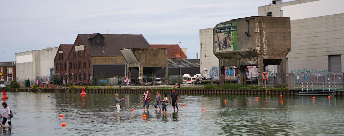 Im Hafen in Münster gehen die Leute dank Ayse Erkmens Skulptur übers Wasser – Foto: Beate Ziehres