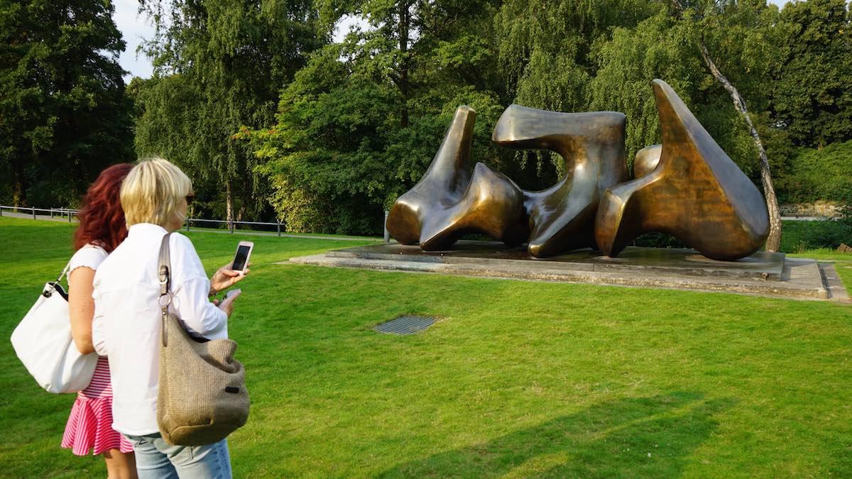 Im Park vor der LBS West in Münster: Skulptur von Henry Moore aus früheren Jahren – Foto: Beate Ziehres