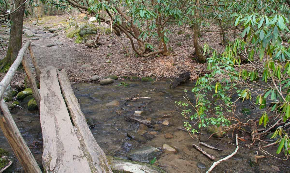 Steg über den östlichen der beiden Twin Creeks bei Gatlinburg, Tennessee – Foto: Beate Ziehres