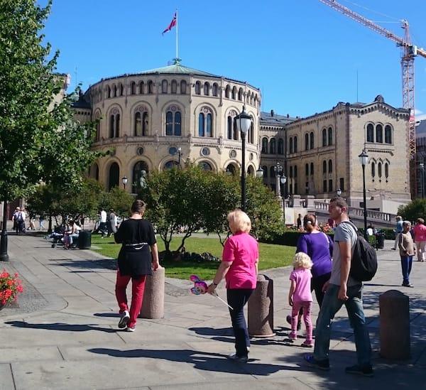 Das norwegische Parlamentsgebäude in Oslo – Foto: Lena Ziehres