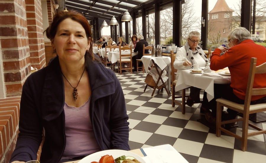 Meine Wenigkeit, noch etwas verschlafen am Frühstückstisch des Precise Resorts Rügen – Foto: Bernd Ewert