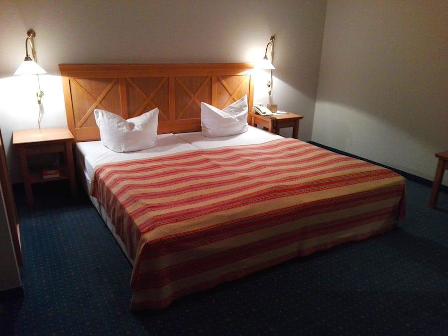Bett im Standard-Zimmer des Precise Resort Rügen – Foto: Beate Ziehres