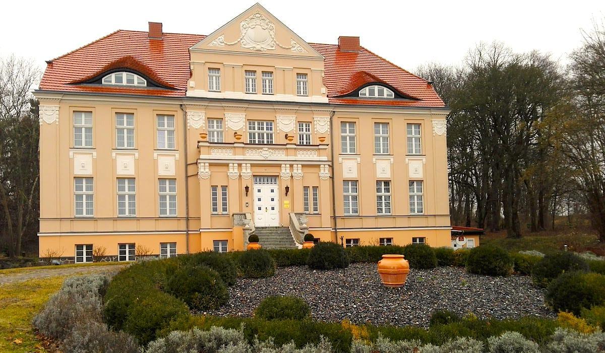 Im Herrenhaus befinden sich auch Zimmer des Precise Resorts Rügen – Beate Ziehres