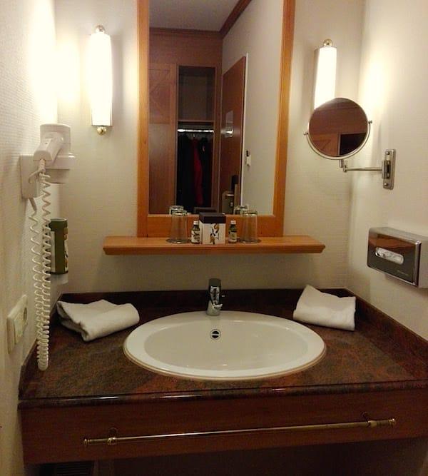 Waschplatz im Standardzimmer des Precise Resort Rügen – Foto: Beate Ziehres