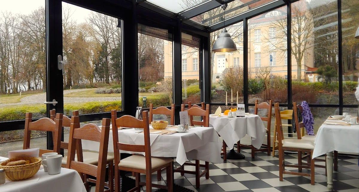 Precise Resort Rügen: Speisen im Wintergarten mit Blick zum Herrenhaus – Foto: Beate Ziehres