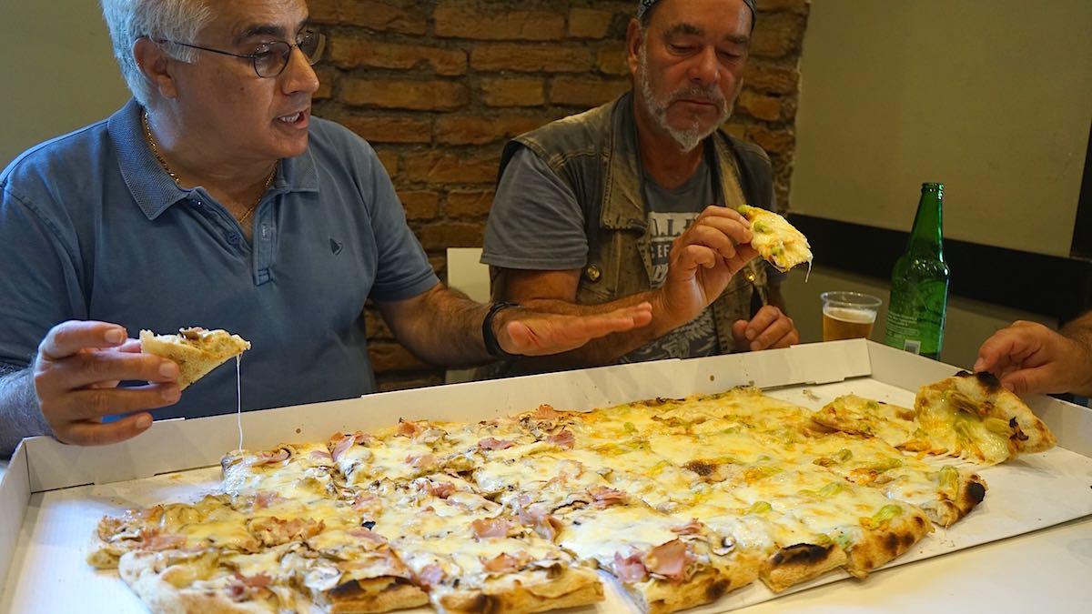 Pizza Roma, Reggio Calabria: Zwei Mann, eine Pizza? Nein, drei Mitesser sind nicht zu sehen ;-) – Foto: Beate Ziehres