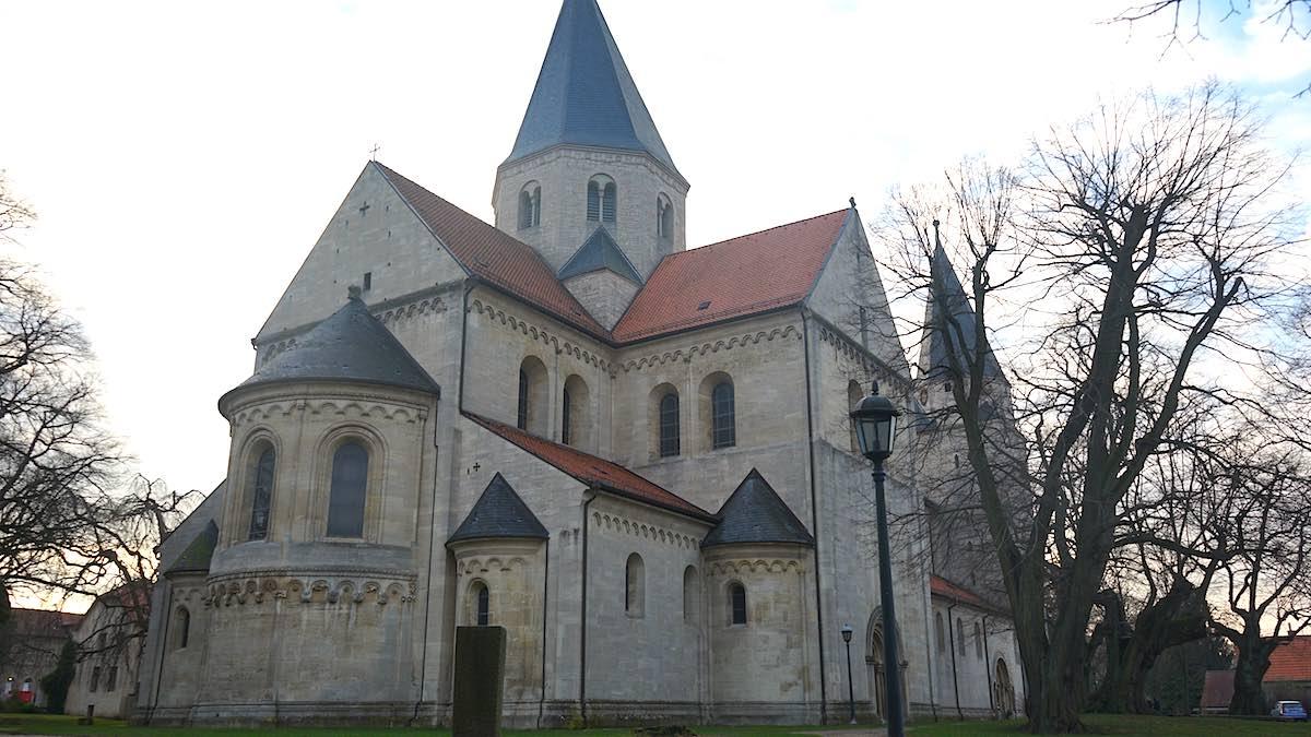 Der Jagdfries ziert die Apsis des Doms in Königslutter (links im Bild) – Foto: Beate Ziehres