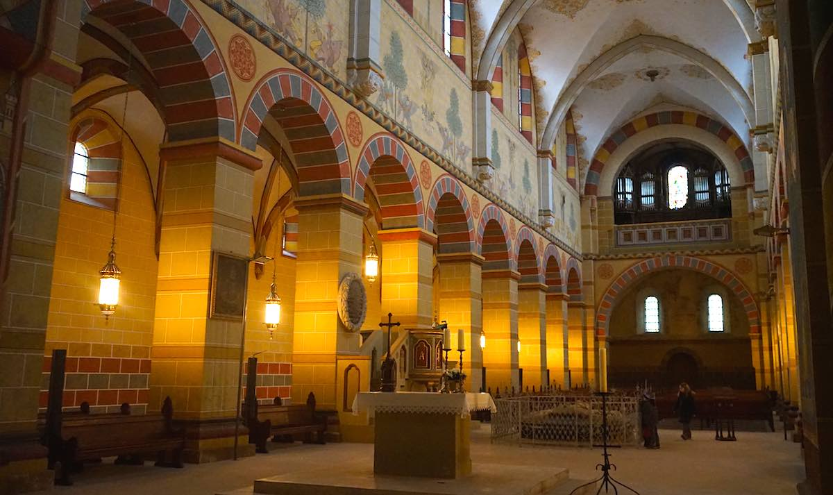 Schön bunt: Blick zur Empore des Kaiserdoms in Königslutter mit der Orgel – Foto: Beate Ziehres