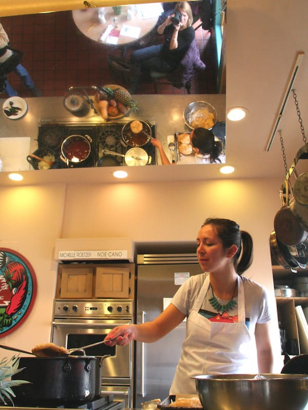 So kocht man in New Mexico: In der Santa Fe School of Cooking geht es hoch her auf dem Herd – Foto: Beate Ziehres