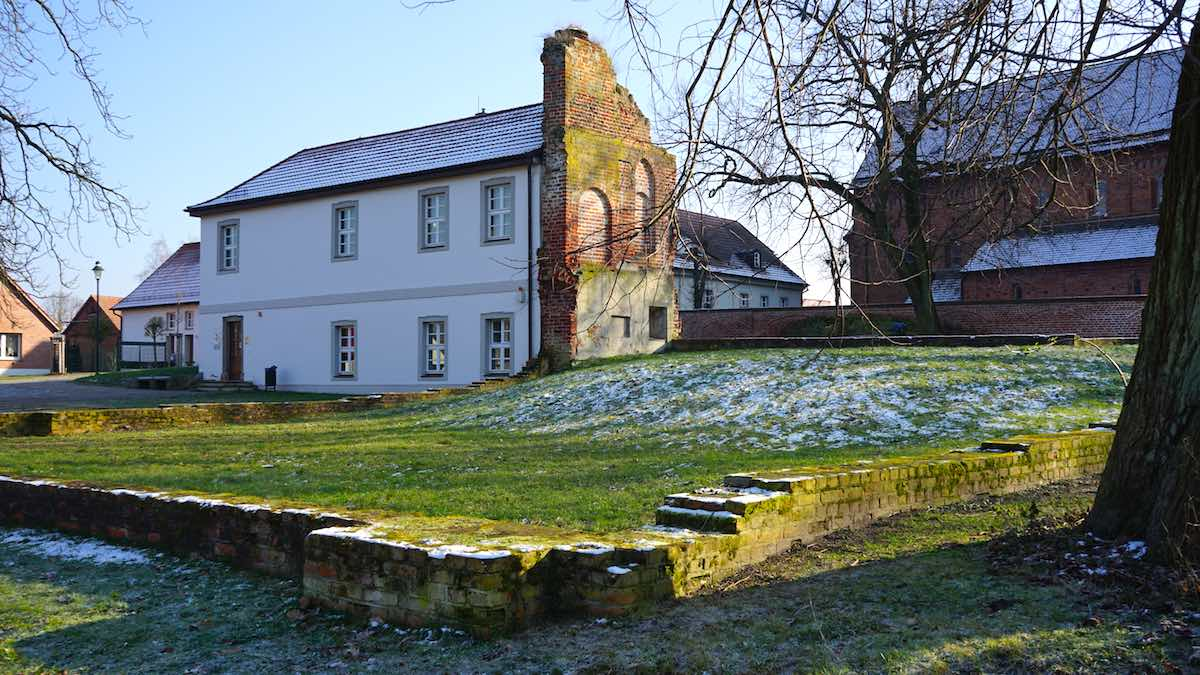 Nur noch die Fundamente lassen die Größe noch Schloss Schönhausen I erahnen – Foto: Beate Ziehres