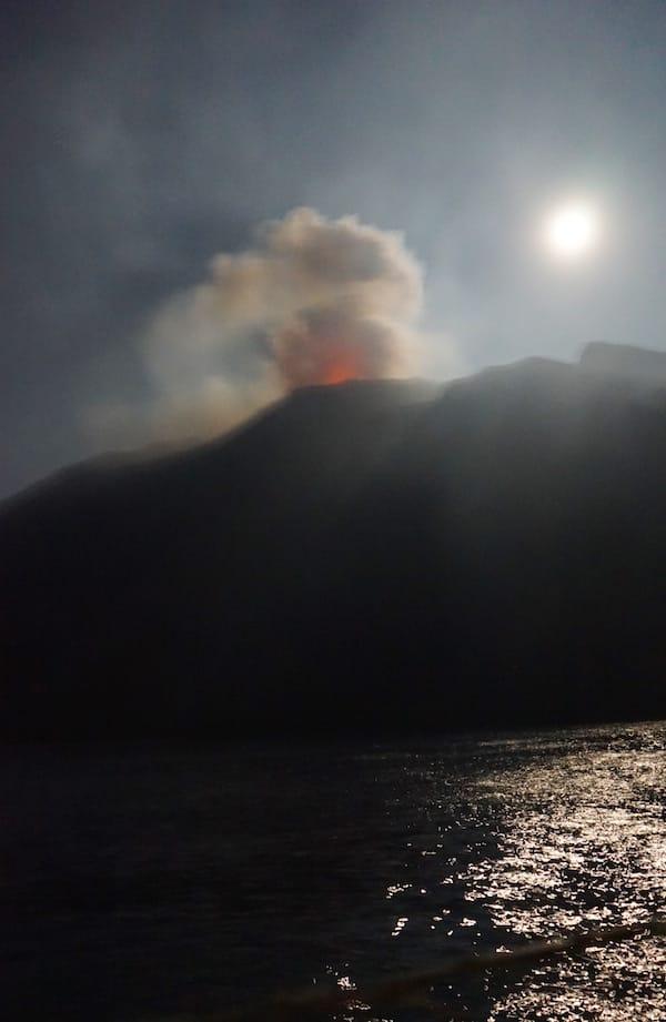 Der Stromboli spuckt Lava bei Mondschein – Foto: Beate Ziehres