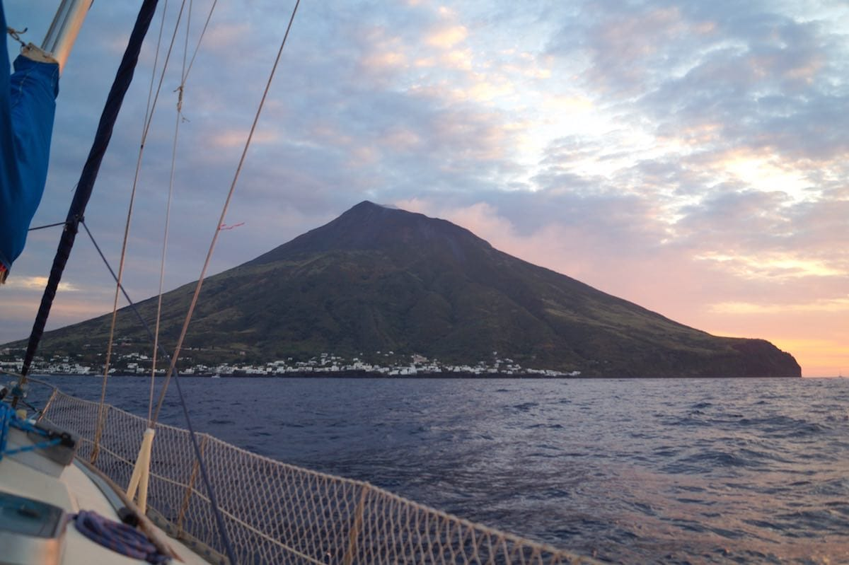 Vulkan in Sicht: der Stromboli im Schein der Nachmittagssonne – Foto: Beate Ziehres