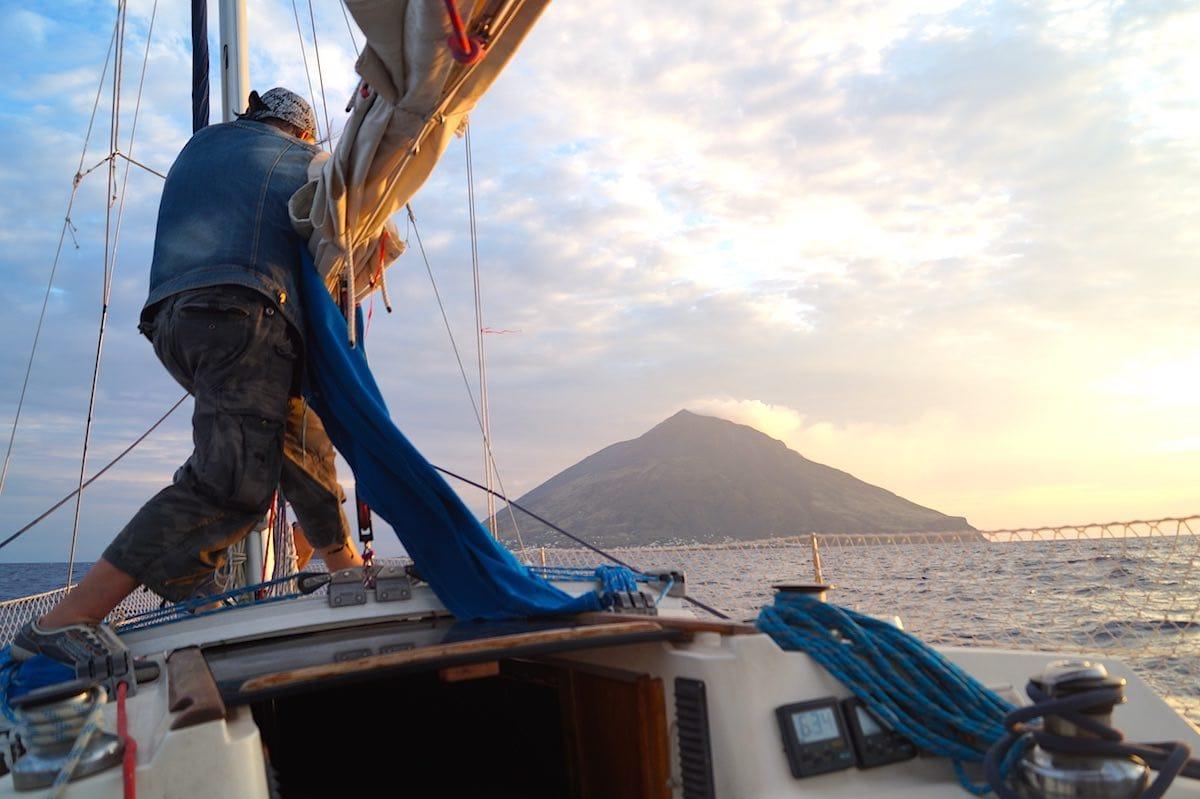 Kampf gegen die Naturgewalten vor der Kulisse des Stromboli– Foto: Beate Ziehres