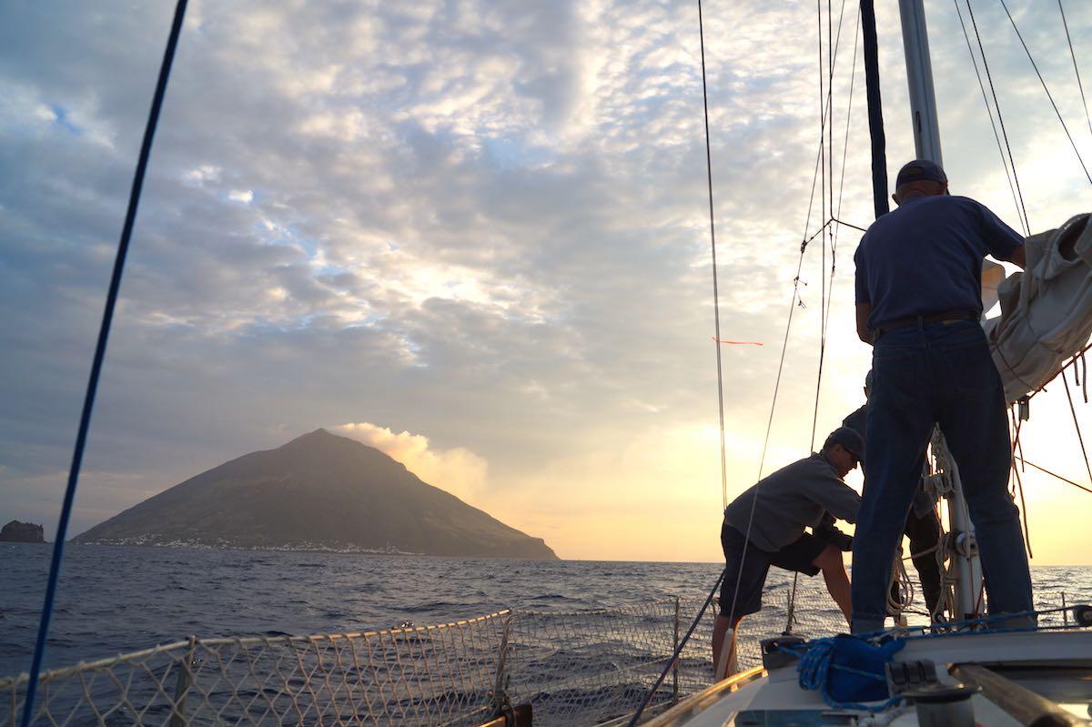 Segel einholen vor dem Stromboli – Foto: Beate Ziehres