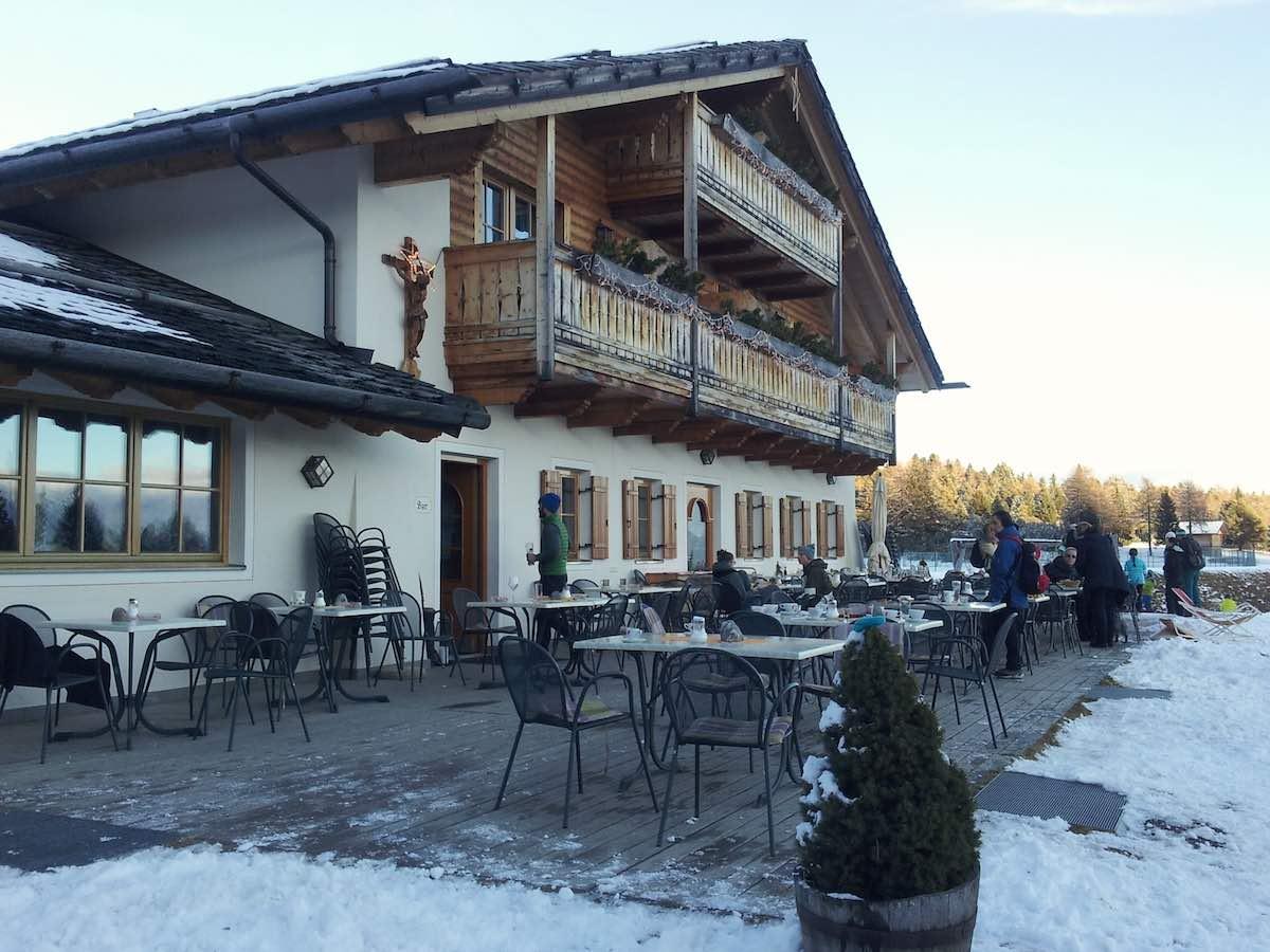 Die Gasserhütte auf der Villanderer Alm, Südtirol, im Winter – Foto: Beate Ziehres
