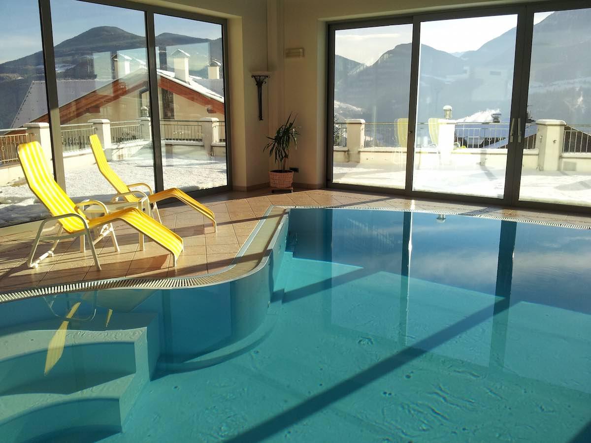 Blick vom Pool des Hotels Haus an der Luck auf die Dolomiten. Südtirol im Winter – Foto: Beate Ziehres