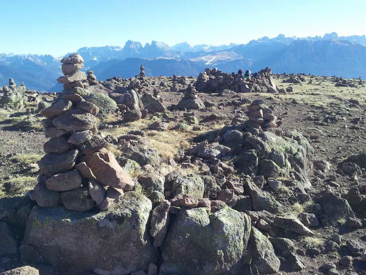 Viel Steine gibts auf dem Gipfel des Rittner Horns, Südtirol – Foto: Beate Ziehres
