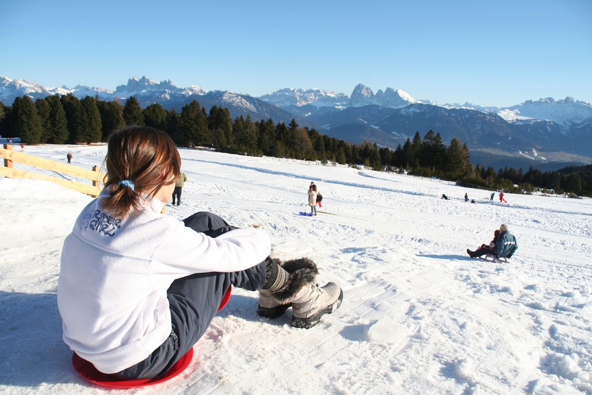 Rodeln vor der Terrasse der Mair in Plun Hütte, Südtirol, Winter – Foto: Beate Ziehres