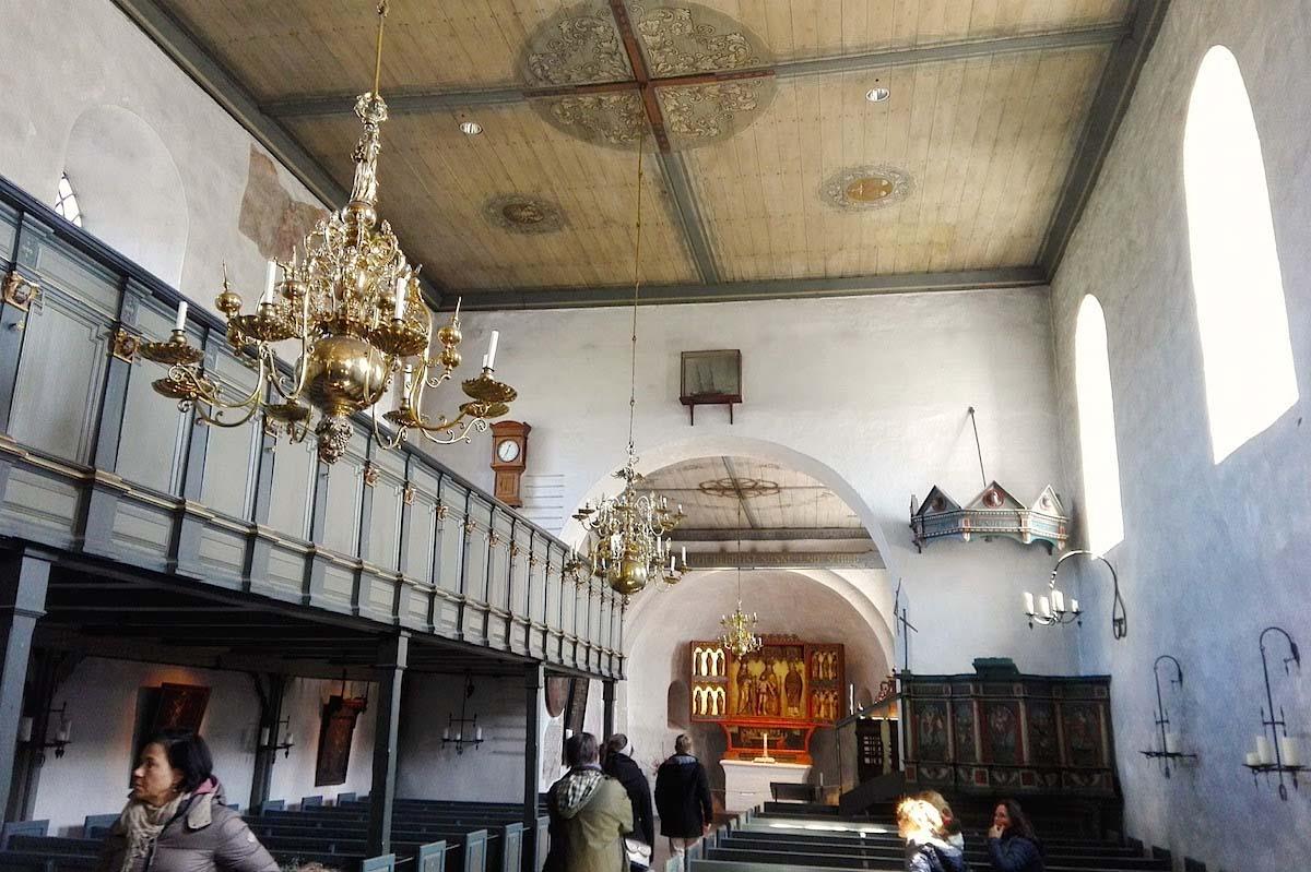 Tagesausflug Sylt: Innenraum der Kirche St. Severin mit der Nordempore – Foto: Beate Ziehres