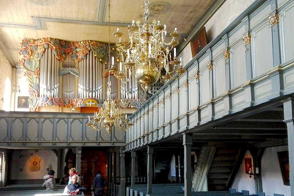 Tagesausflug Sylt: Blick nach hinten zur Westempore mit der Orgel – Foto: Beate Ziehres