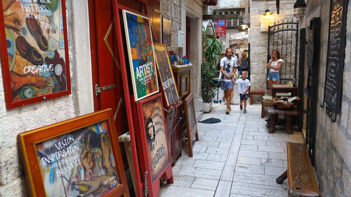 Blick in eine winzige Gasse in Trogirs Altstadt. Oder ist es ein Hof? – Foto: Beate Ziehres