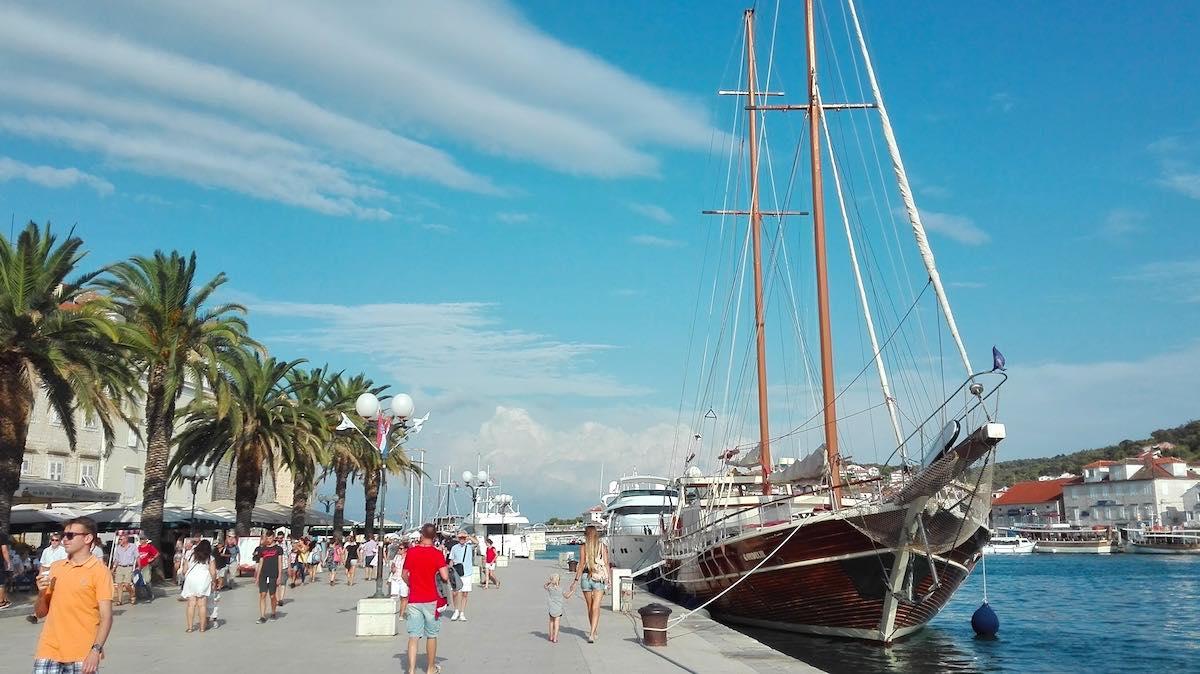 """Das Gulet """"Gardelin"""" am Altstadthafen von Trogir – Foto: Beate Ziehres"""