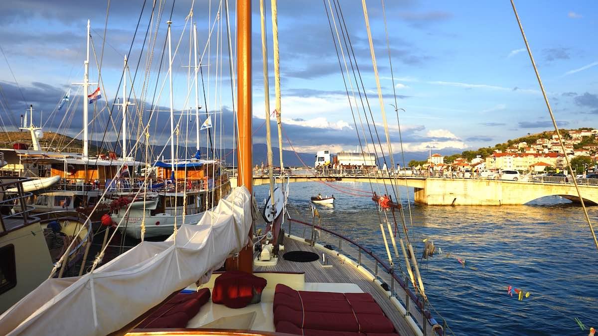 """Trogir: Die Zugbrücke zur Insel Čiovo von der """"Gardelin"""" aus gesehen – Foto: Beate Ziehres"""