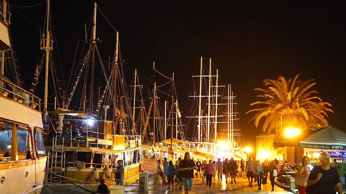 Trogir: die Hafenpromenade Riva am Abend – Foto: Beate Ziehres