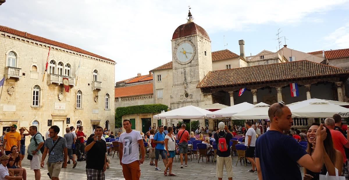 Trogir: der Platz vor dem Rathaus mit der Stadtloggia (rechts im Bild) – Foto: Beate Ziehres