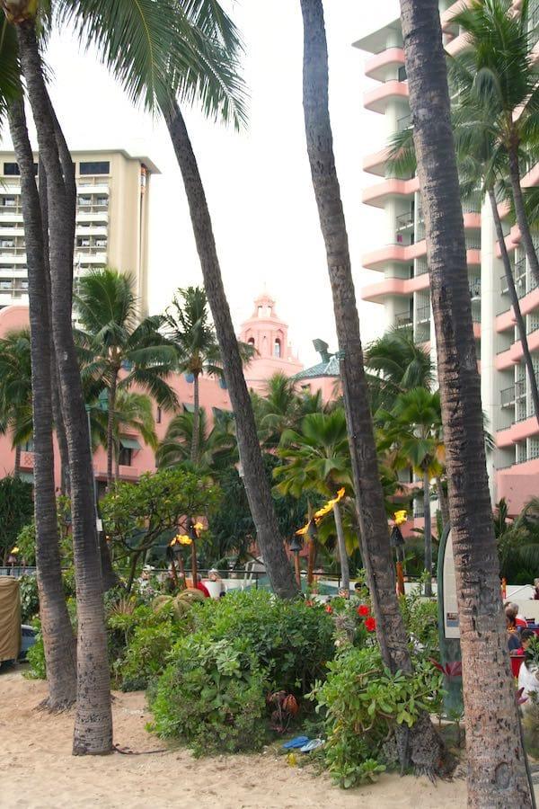 Waikiki Beach: Fackeln in der Abenddämmerung – Foto: Beate Ziehres