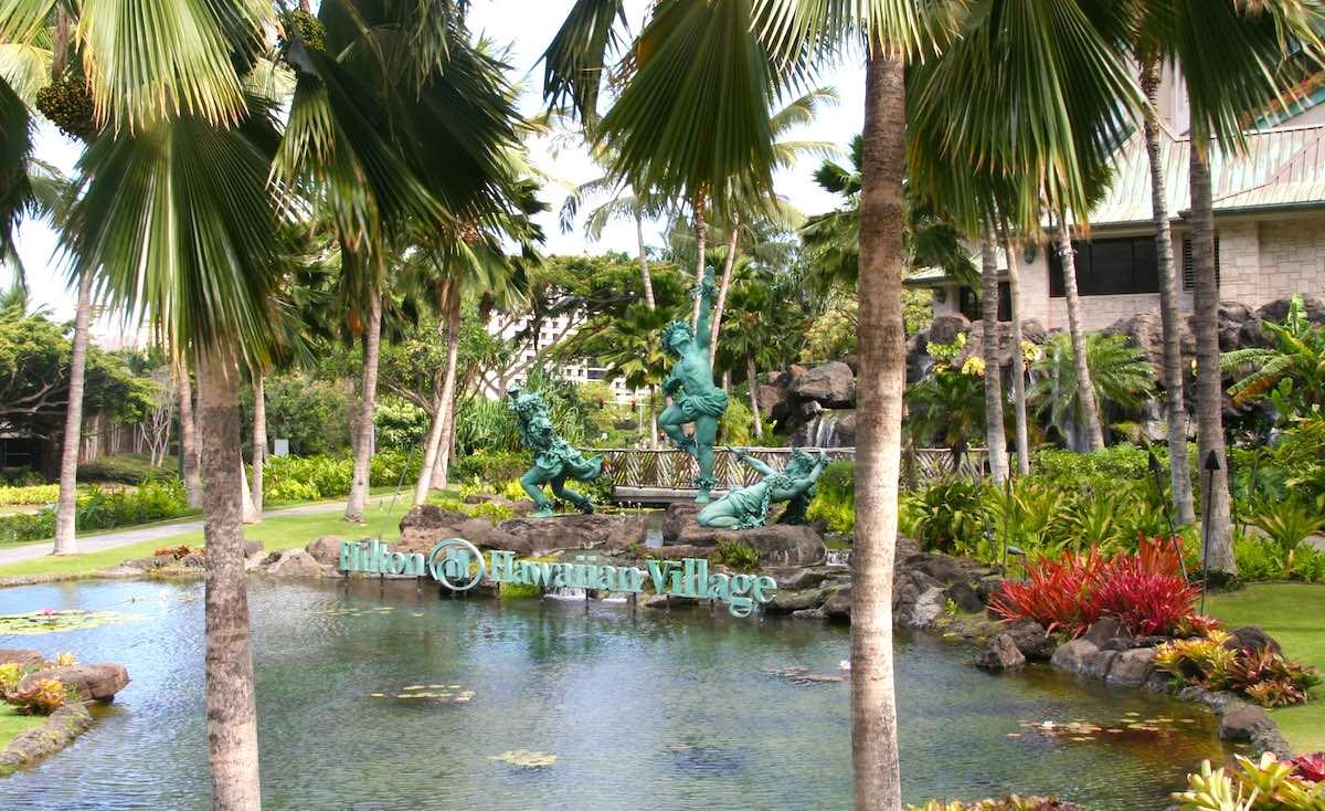 Amerika lässt grüßen: Vorgarten des Hilton in Waikiki – Foto: Beate Ziehres