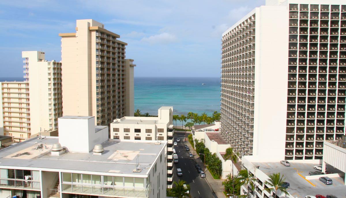 Blick vom Balkon unseres Zimmers in Waikiki in Richtung Strand – Foto: Beate Ziehres