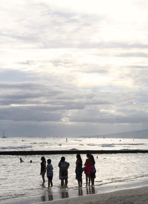 Kann man sich Schöneres vorstellen, als hier in Waikiki im Wasser zu stehen? Nein! – Foto: Beate Ziehres